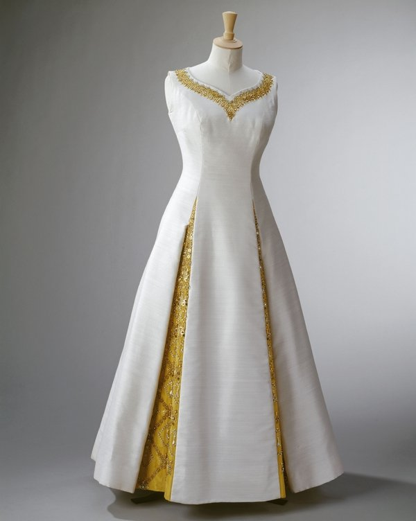 Abendkleid für den Staatsbesuch in Thailand Norman Hartnell, evening dress for The Queen's State Visit to Thailand, February 1972 Royal Collection Trust / © Her Majesty Queen Elizabeth II 2016