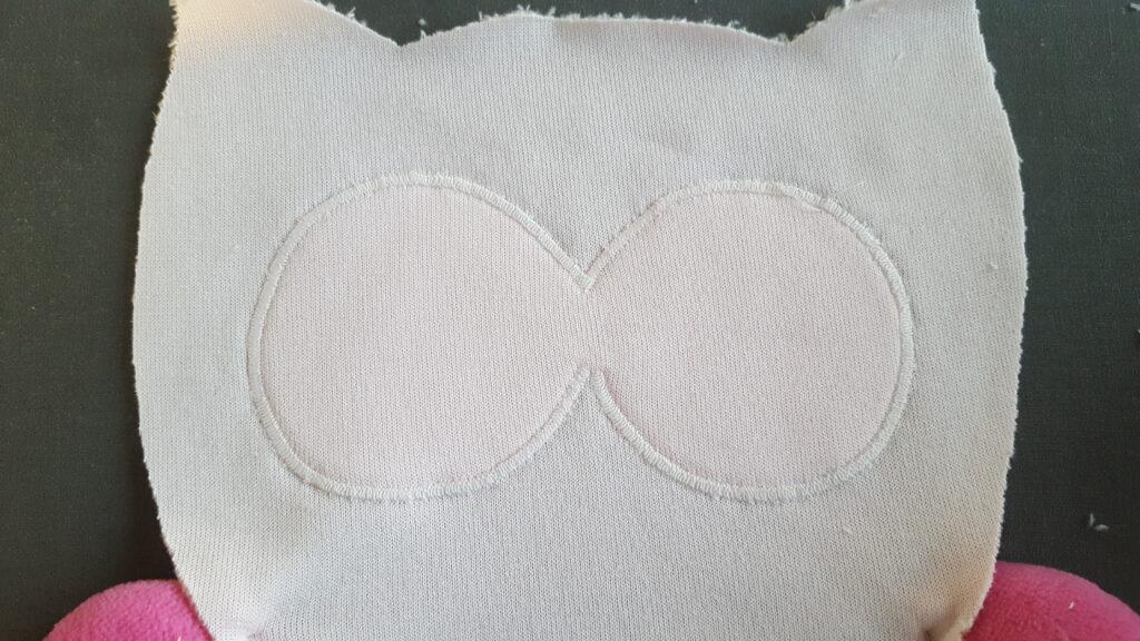 Rückseite mit der festgenähten Augenumrandung