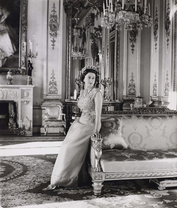 Offizielles Portrait von Queen Elizabeth II Queen Elizabeth II standing in the White Drawing Room, Buckingham Palace. Official portrait by Cecil Beaton, 1968 Royal Collection Trust / © Her Majesty Queen Elizabeth II 2016
