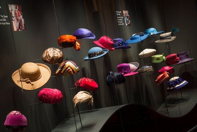 Hüte der Queen A display of The Queen's hats from Fashioning a Reign: 90 Years of Style from The Queen's Wardrobe at Buckingham Palace. Royal Collection Trust / © Her Majesty Queen Elizabeth II 2016