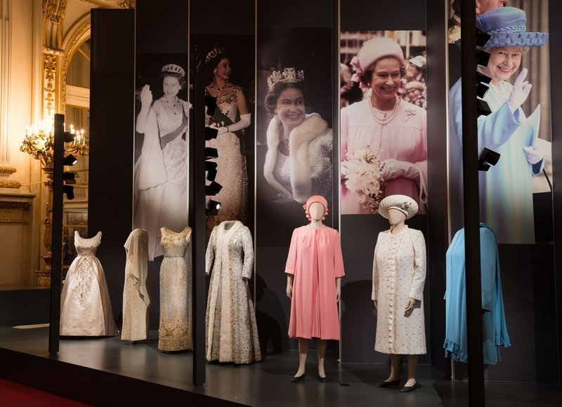 Ausstellungsansicht im Buckingham Palace A display of dresses from Fashioning a Reign: 90 Years of Style from The Queen's Wardrobe on display at Buckingham Palace. Royal Collection Trust / © Her Majesty Queen Elizabeth II 2016