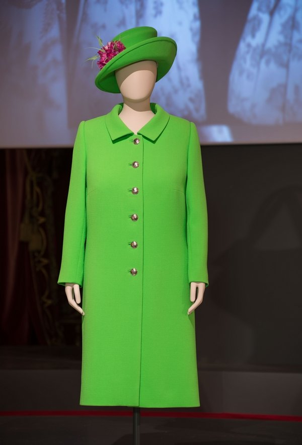 Grünes Ensemble, das die Queen anlässlich ihrer offiziellen Geburtstagsfeier 2016 trug Vivid green wool-crepe and silk dress and coat by Stewart Parvin and wool-crepe hat by Rachel Trevor-Morgan. Worn by The Queen to Trooping the Colour, the official celebration of Her Majesty's 90th birthday in June 2016 Royal Collection Trust / © Her Majesty Queen Elizabeth II 2016