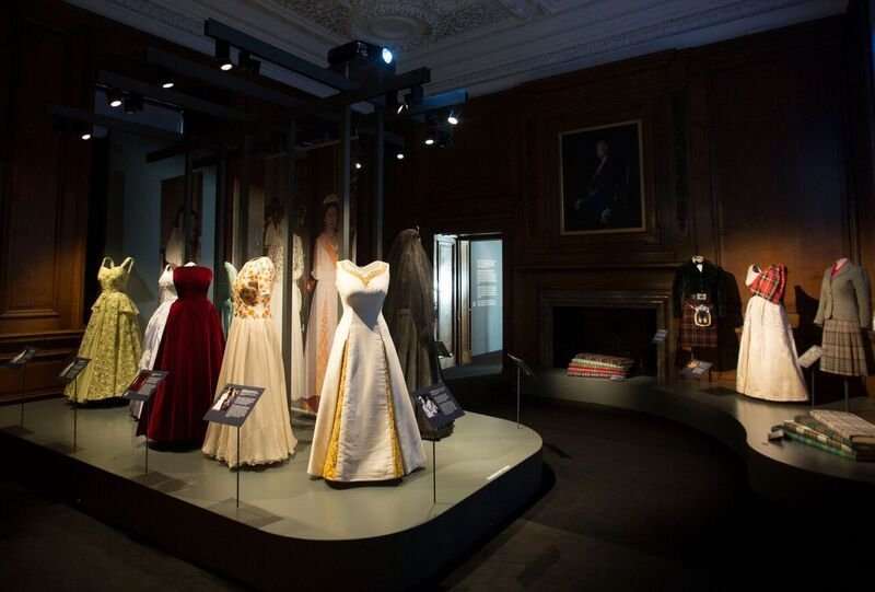 Blick in die Ausstellung in The Palace of Holyroodhouse 'Fashioning a Reign: 90 Years of Style from The Queen's Wardrobe' exhibition at the Palace of Holyroodhouse, 21 April - 16 October 2016. Royal Collection Trust / © Her Majesty Queen Elizabeth II 2016