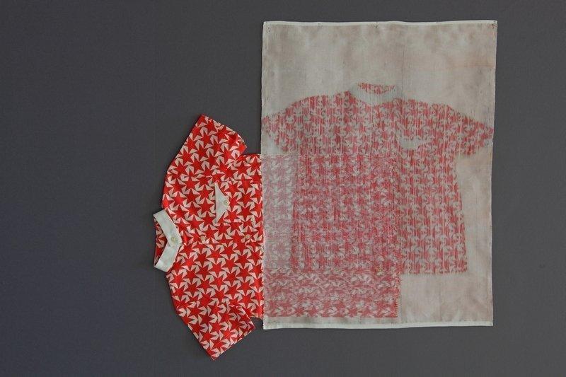 Das Hemd mit Sternenmuster stammt von der israelischen Künstlerin Gali Cnaani Foto: LWL/Holtappels Foto freundlicherweise vom Museum zur Verfügung gestellt