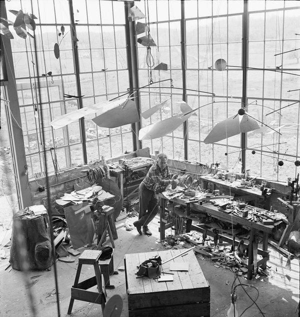 Alexander Calder Alexander Calder in seinem Atelier in Roxbury, 1941 Fotografie von Herbert Matter © 2016 Calder Foundation, New York / ProLitteris, Zürich Foto: © Herbert Matter, Courtesy Calder Foundation, New York / Art Resource, New York / ProLitteris, Zürich