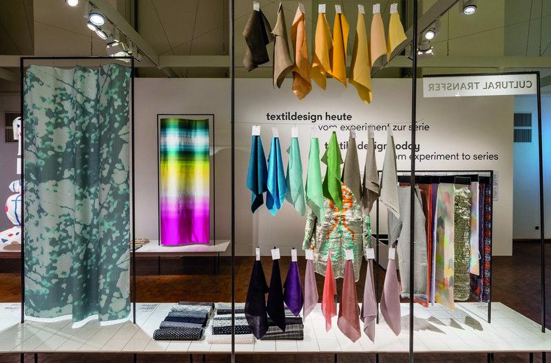 Ausstellungsansicht 'Textildesign heute – Vom Experiment zur Serie' Bauhaus-Archiv Berlin, Foto: Hans Glave