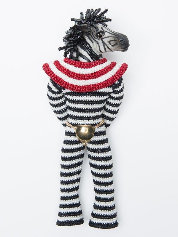 Felieke van der Leest: Brooch 'Super Freak Zebra', 2007 Textilien, Glas, Gold, Plastik, Zirkon Sammlung TextielMuseum Tilburg (Inv. Nr.: BK0868) Foto: Tommy de Lange im Auftrag des TextielMuseums Tilburg
