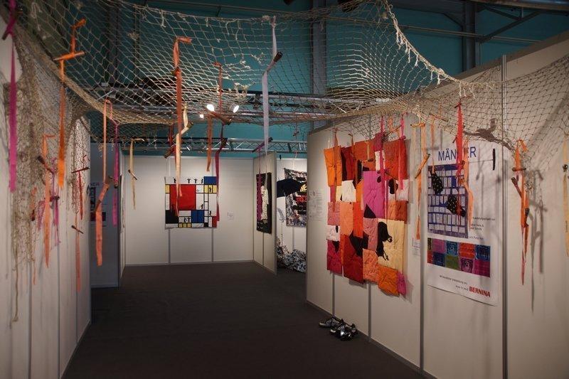 Gudrun Heinz & Sarah Schultz: Im Netz der Liebe, Installation Gudrun Heinz: Konstruktivismus - Men at Work - Hommage an Piet Mondrian, Detail Ausstellung 'MÄNNER' von Gudrun Heinz & Sarah Schultz EPM 2016 Ste Marie-aux-Mines