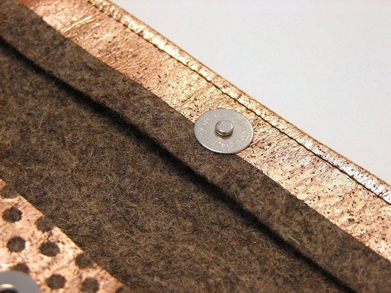 Detail kleine Filz-Clutch mit Magnetknopf