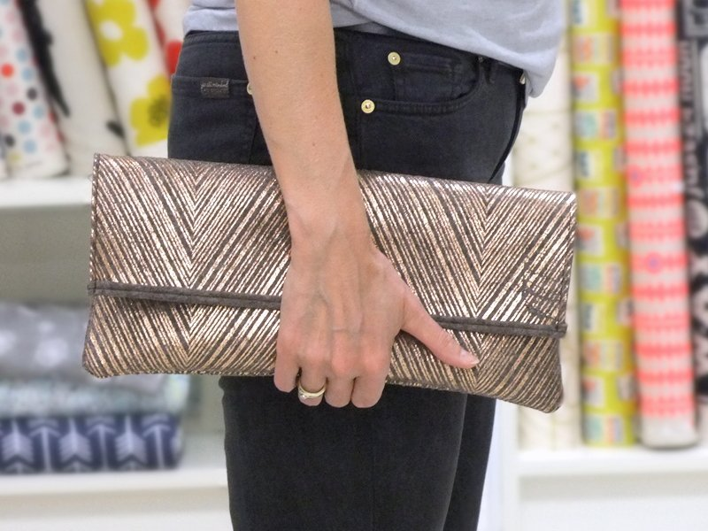 Clutch mit Metallprint roségold
