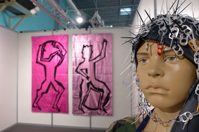 Sarah Schultz: Atlas gibt ab, Diptychon (li) Gudrun Heinz: Kindersoldat - Einer von 45 Millionen, Detail Ausstellung 'MÄNNER' von Gudrun Heinz & Sarah Schultz EPM 2016 Ste Marie-aux-Mines