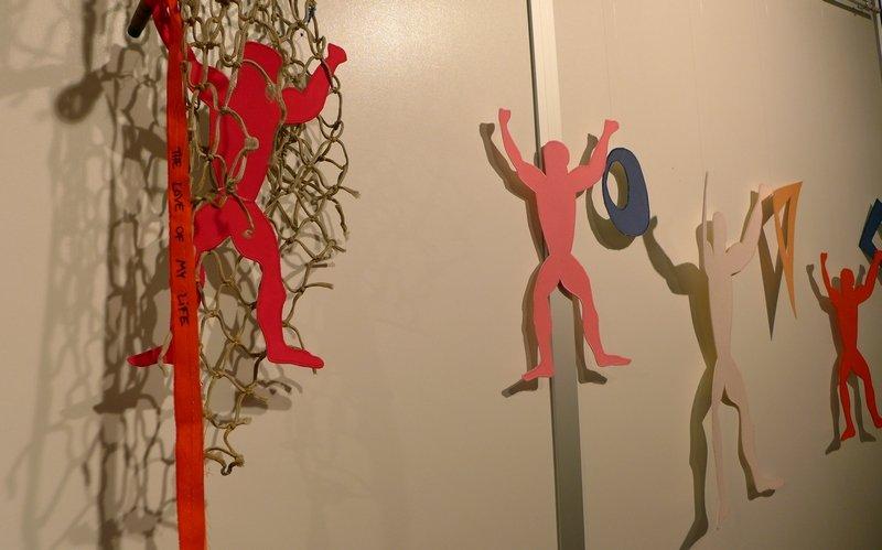Sarah Schultz: Männergirlande, Detail aus der Installation 'Im Netz der Liebe' Ausstellung 'MÄNNER' von Gudrun Heinz & Sarah Schultz EPM 2016 Ste Marie-aux-Mines