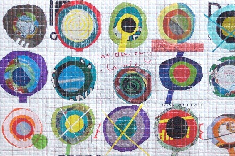 Rita Merten: Plastic Flowers, Detail Foto freundlicherweise von art textil sent / Beatrice Lanter zur Verfügung gestellt.