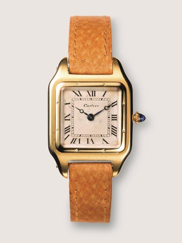 Armbanduhr 'Santos' Krone vermutlich mit Saphir Cartier, Paris, 1904, Cartier Museum, Paris Mit der quadratischen »Santos« emanzipiert sich die Armbanduhr vom Taschenuhren-Design. Foto freundlicherweise vom Schmuckmuseum Pforzheim zur Verfügung gestellt.