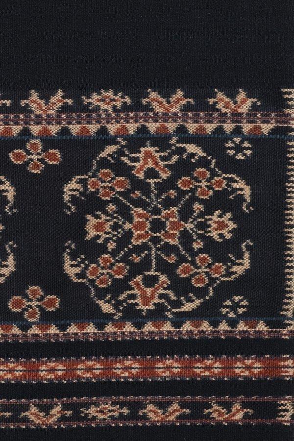 Ausschnitt aus einem Sarong aus Sabu: Durch den Seehandel gelangten vor Jahrhunderten indische Muster nach Indonesien © MKB Foto freundlicherweise vom Museum der Kulturen zur Verfügung gestellt.
