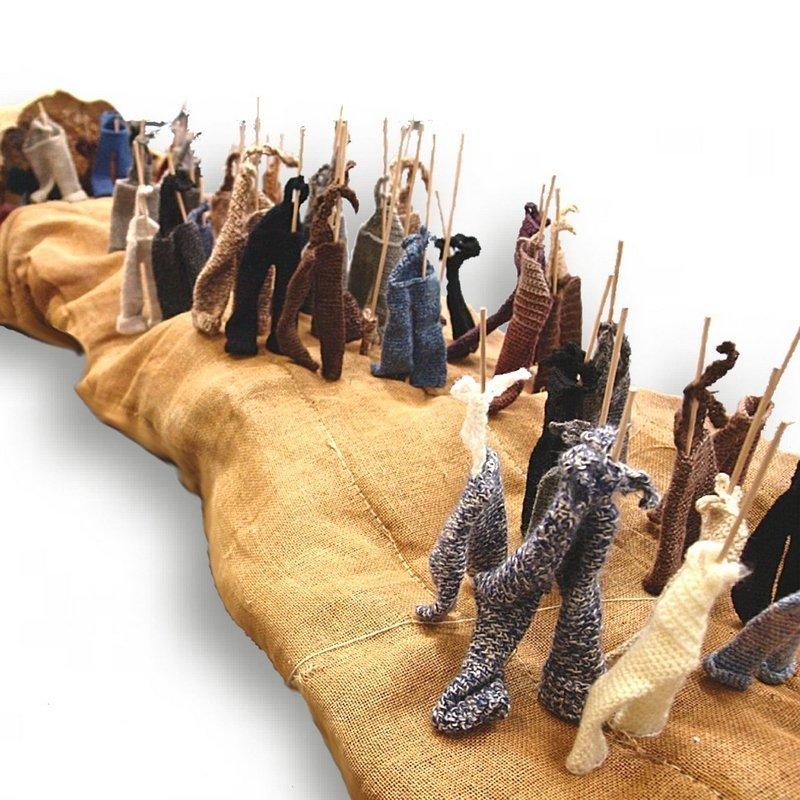 Marianne Herbrich: UNS VORAN 250 x 50 x 50 cm Sackleinen, Wolle, Holzstäbchen gehäkelt, gestrickt, genäht Foto: Vin Dietsch Foto freundlicherweise von den Künstlerinnen zur Verfügung gestellt.