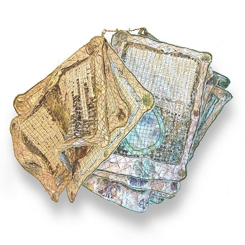 Mechthild Jülicher: DAS DA GESCHEHEN 70 x 40 x 10cm Papier, Nähgarne Maschinenstickerei, gewaschen Foto: Mechthild Jülicher Foto freundlicherweise von den Künstlerinnen zur Verfügung gestellt.