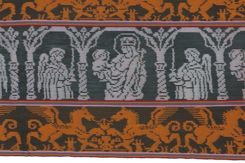 Ausschnitt aus einem Männer-Hüfttuch aus Timor-Leste: Katholische Motive, die von portugiesischen Kreuzstich-Vorlagen übernommen Wurden, waren in der osttimoresischen Enklave Oecusse langesehr beliebt © MKB Foto freundlicherweise vom Museum der Kulturen zur Verfügung gestellt.