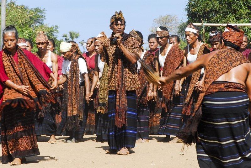 Handgewobene Ikat-Textilien sind wichtige Elemente bei Zeremonien und an Festen. Nggela, Zentralflores, Indonesien © Sabine Wunderlin Foto freundlicherweise vom Museum der Kulturen zur Verfügung gestellt.