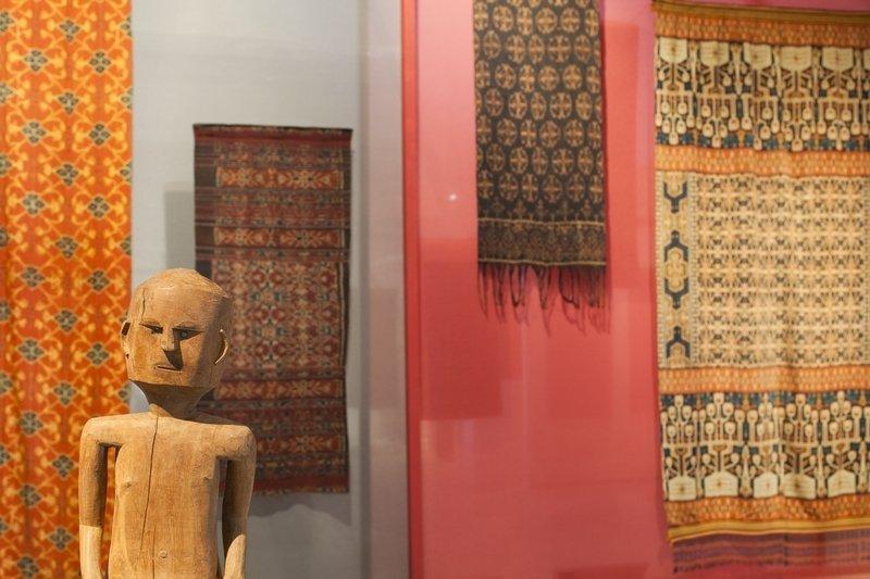 Blick in die Ausstellung Die Ausstellung ist eine sehr blumige Angelegenheit © MKB Foto freundlicherweise vom Museum der Kulturen zur Verfügung gestellt.