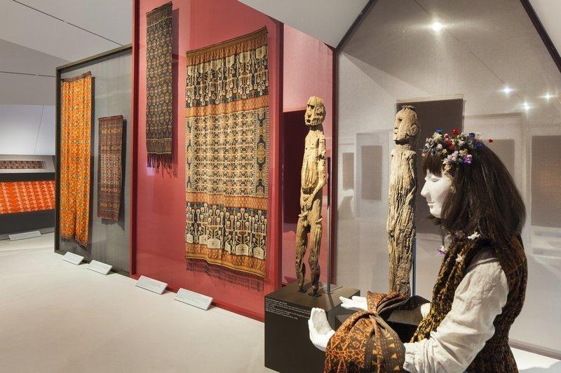 Blick in die Ausstellung Kunstvoller Empfang: Künstler Ito Joyoatmojo liess sich von den Ikat-Stoffen inspirieren © MKB Foto freundlicherweise vom Museum der Kulturen zur Verfügung gestellt.