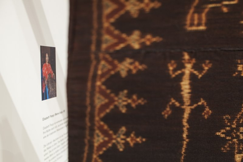 Blick in die Ausstellung Sechs Meisterweberinnen werden in Wort und Bild vorgestellt © MKB Foto freundlicherweise vom Museum der Kulturen zur Verfügung gestellt.