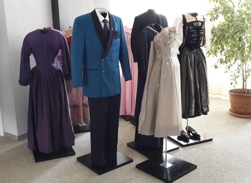 Verschiedene Kleider aus der Textilsammlung des Historischen Museums Olten Copyright: Historisches Museum Olten