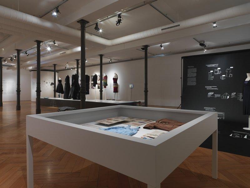 'Fast Fashion. Die Schattenseiten der Mode', Ausstellungsansicht, Textilmuseum St. Gallen (26.10.16-5.6.17). Fotograf: Jürg Zürcher Foto freundlicherweise vom Textilmuseum St. Gallen zur Verfügung gestellt.