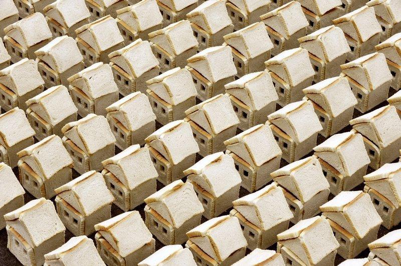Alice Musiol: Ohne Titel V, 2011 Toastbrot, Stecknadeln, Grösse variabel Courtesy: the artist © VG-Bild-Kunst, Bonn Foto: © Joachim Werkmeister, WilhelmHack-Museum Ludwigshafen Foto freundlicherweise vom tim zur Verfügung gestellt