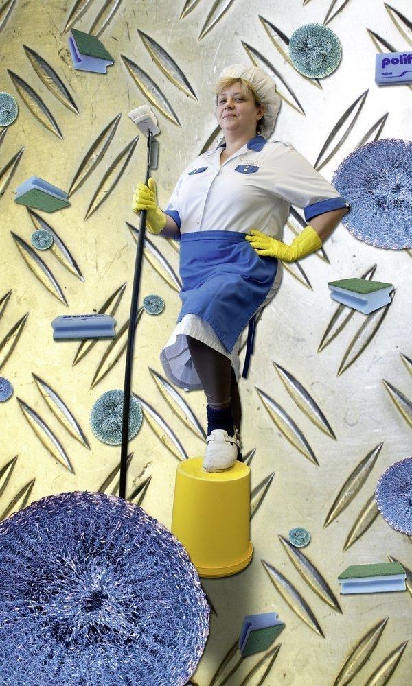 Andrea Isa: Tugend der Sauberkeit Aus der Serie 'Die Tugenden der Küchenfrau' Print auf Plane, 180 x 108 cm Courtesy: the artist Foto freundlicherweise vom tim zur Verfügung gestellt
