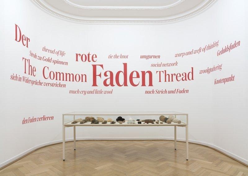 Ausstellungsansicht DER ROTE FADEN Weltkulturen Museum Foto: Wolfgang Günzel, 2016