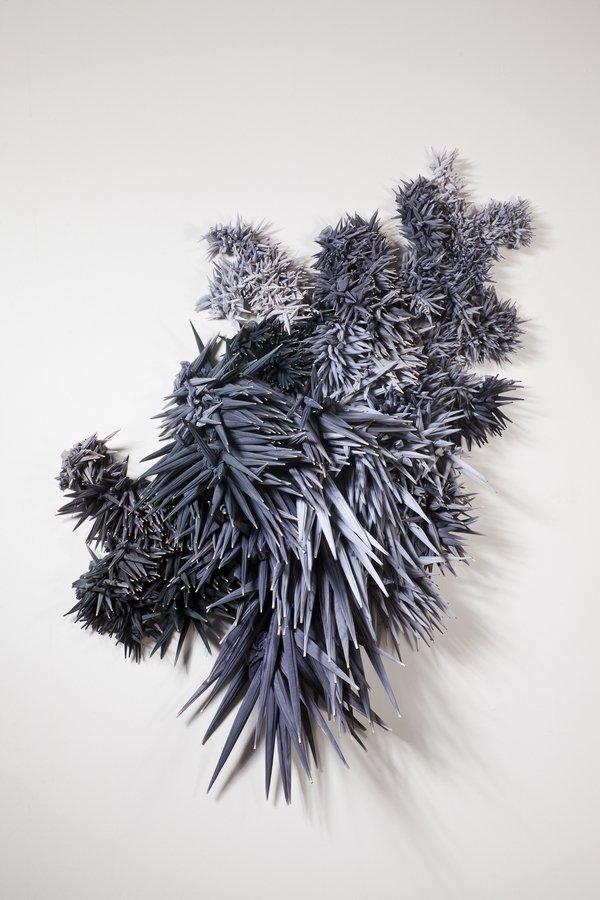 Daniela Bergschneider: o.T. 2015, Stoff, Holzstäbe, gefärbt, 160 x 125 x 25 cm © Daniela Bergschneider Foto freundlicherweise vom Museum zur Verfügung gestellt