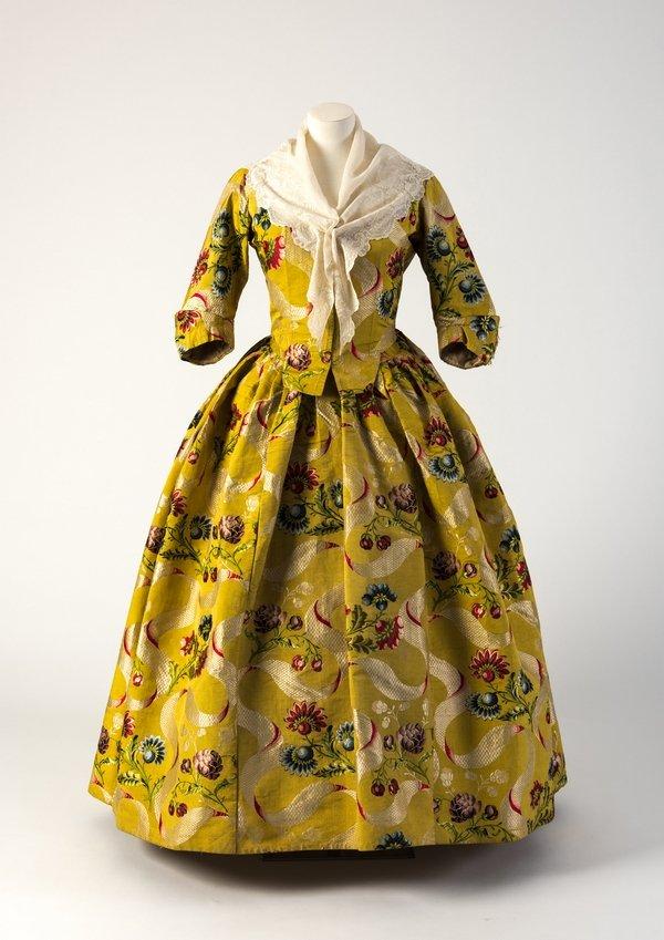 Hochgeschlossene Robe 1740er Jahre, Seidenbrokat Credit: Fashion Museum Bath