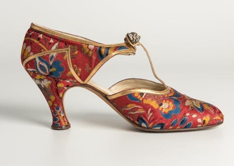 Schuh 1930er Jahre, Seide, Goldleder, Strassclip Hellstern and Sons, Paris Getragen von Lady Ward Credit: Fashion Museum Bath