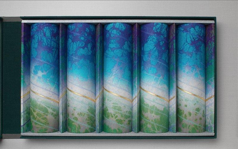 Shigeki Fukumoto (*Japan): Double Refraction: Turquoise, 2005 arbeitet in Kyoto, Japan Rōzome, gefärbt, Blattgold, auf Leinen Cotsen Collection, T-2578a Foto: Bruce M. White © Lloyd Cotsen, 2016 Foto freundlicherweise von der Cotsen Foundation zur Verfügung gestellt
