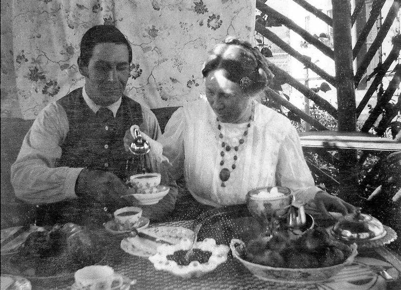 Franz und Maria Marc in der Gartenlaube in Sindelsdorf, Sommer, 1911 Foto: Wassily Kandinsky Gabriele Münter- und Johannes Eichner-Stiftung, München © VG Bild-Kunst, Bonn 2016