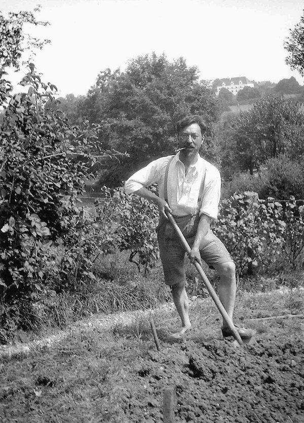 Gabriele Münter Kandinsky mit Spaten beim Umgraben im Garten des Murnauer Hauses, um 1910/11 Gabriele Münter- und Johannes Eichner-Stiftung, München © 2016, ProLitteris, Zurich