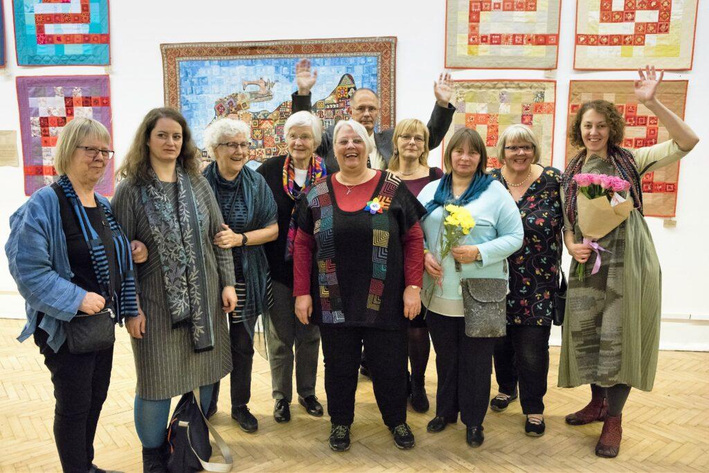 Die ausstellenden Künstlerinnen mit der Kuratorin Natalia Merentzewa (rechts)