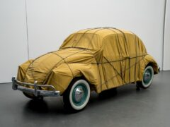 Christo: Wrapped Beetle 1963 (Objekt 2014) 1963 / 2014, Auto, Stoff, Seile 150 x 158,5 x 414 cm Im Besitz des Künstlers, © Christo 2014 Christo Foto: Wolfgang Volz