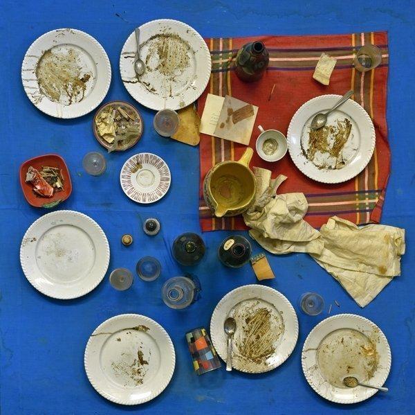 Daniel Spoerri: La table bleue - Restaurant de la Galerie J, 1963 Assemblage auf mit Stoff bezogener Holztafel (Tableau-piège), 110 x 110 x 30 cm ahlers collection Foto: Thomas Ganzenmüller, Hannover © VG Bild-Kunst, Bonn 2016