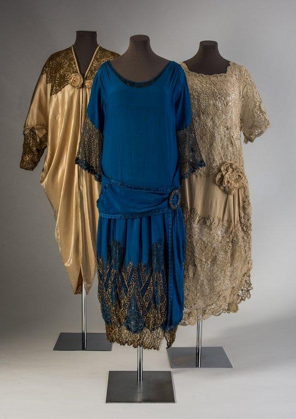 Drei Kleider aus Seide und Baumwolle (re) mit maschinell gefertigten Spitzen, 1910 - 20 Credit: Fashion Museum Bath
