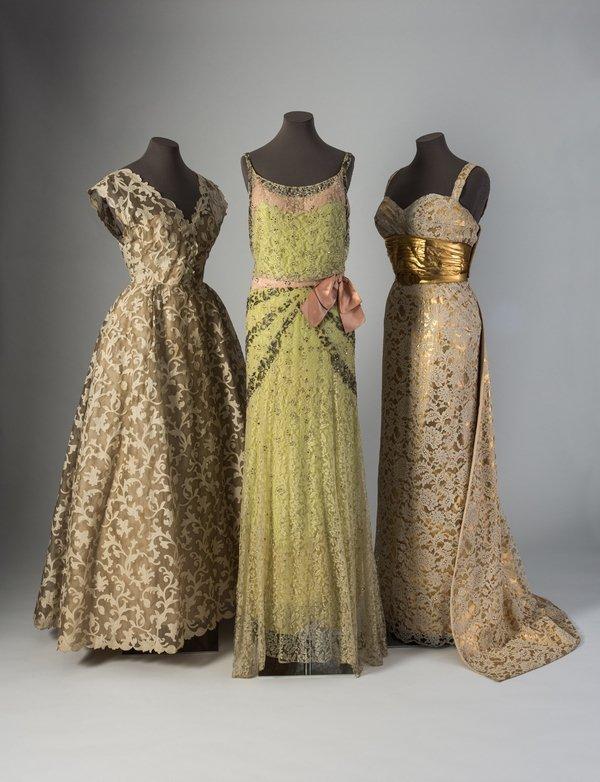 Drei Abendkleider von Balenciaga und Balmain (re) mit maschinell gefertigten Spitzen, teils mit Pailletten und Perlen handbestickt aus den 1930er (Mitte) und 1950er Jahren Credit: Fashion Museum Bath