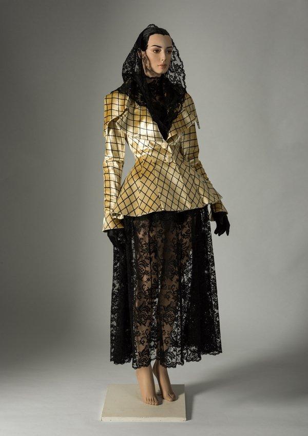 Kleid, Jacke und Kopfbedeckung von Karl Lagerfeld, 1991 maschinell hergestellte schwarze Chantilly-Spitze, Jacke aus Seidensamt getragen von Linda Evangelista Credit: Fashion Museum Bath