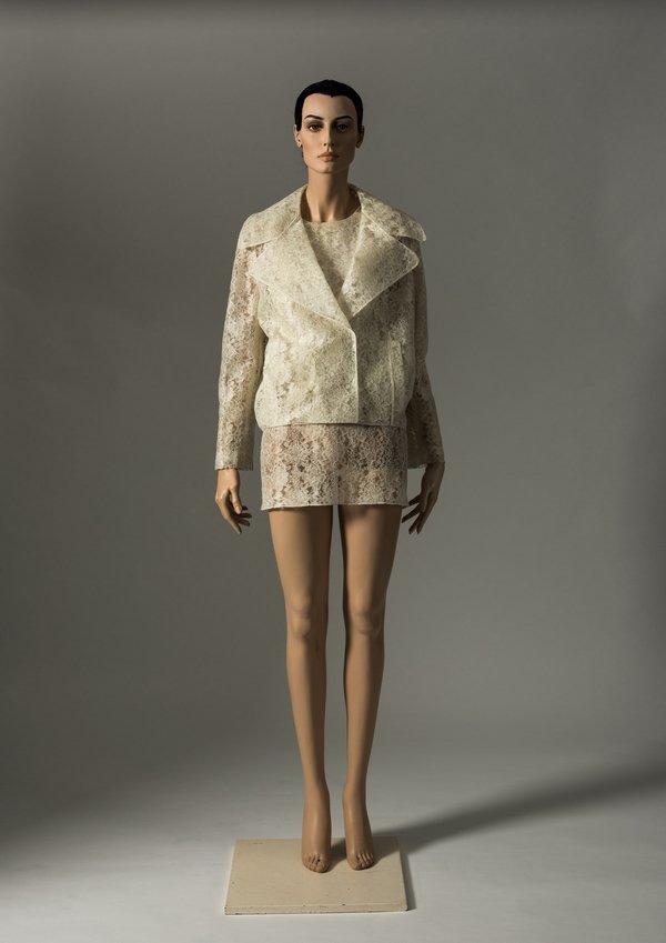 Kleid und Jacke von Simone Rocha, 2012 maschinell hergestellte Spitze aus synthetischem Material Credit: Fashion Museum Bath