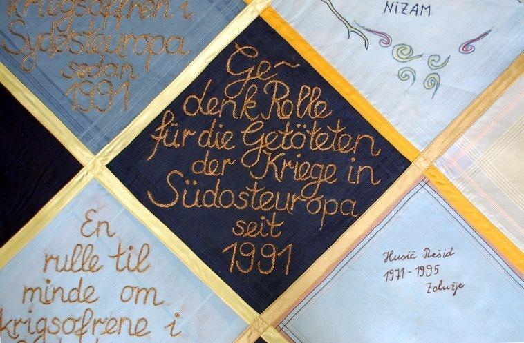 Titel der Rola, in zehn verschiedenen Sprachen gestickt, Detail © Anna S. Brägger, 2007 Foto freundlicherweise vom Museum zur Verfügung gestellt