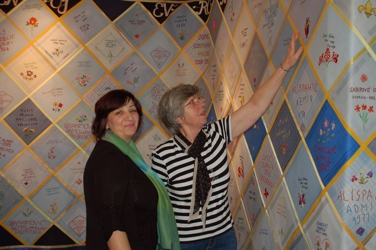 Frauen, die Taschentücher für die Rolle des Gedenkens stickten © Anna S. Brägger, 2011 Foto freundlicherweise vom Museum zur Verfügung gestellt