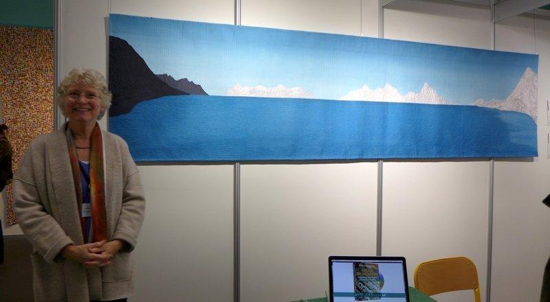 Ann Johnston vor ihrem Quilt 'Skyline' Ausstellung 'The Contact' beim 22. Europäischen Patchwork Treffen, Ste Marie-aux-Mines (F) 2016 Foto: Gudrun Heinz