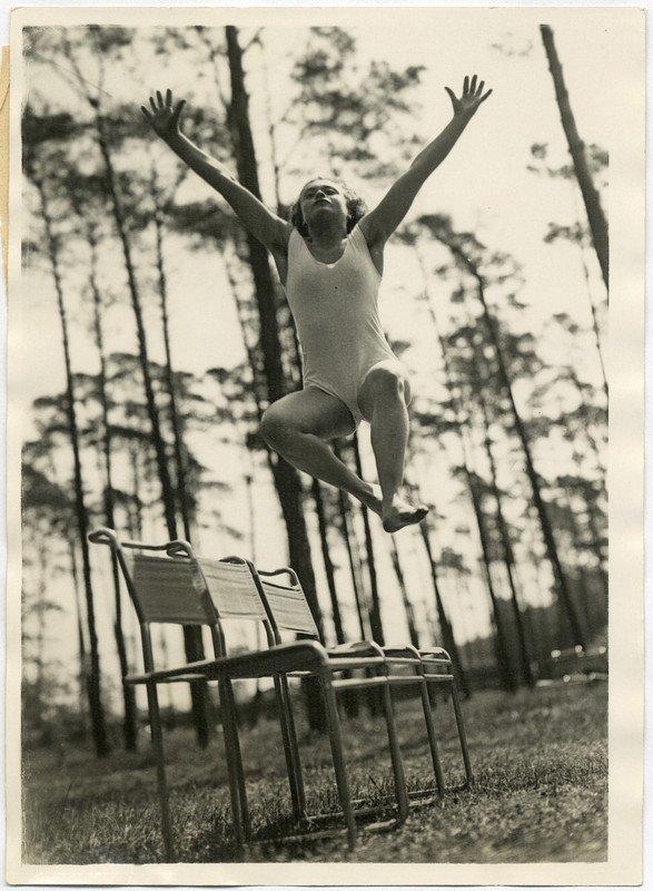 Pacific & Atlantic Photo (Foto), Marcel Breuer (Entwurf Stühle), Gymnastik im Walde. Vorbildlicher Sprung über 3 Stühle, nach 1927, Bauhaus-Archiv Berlin
