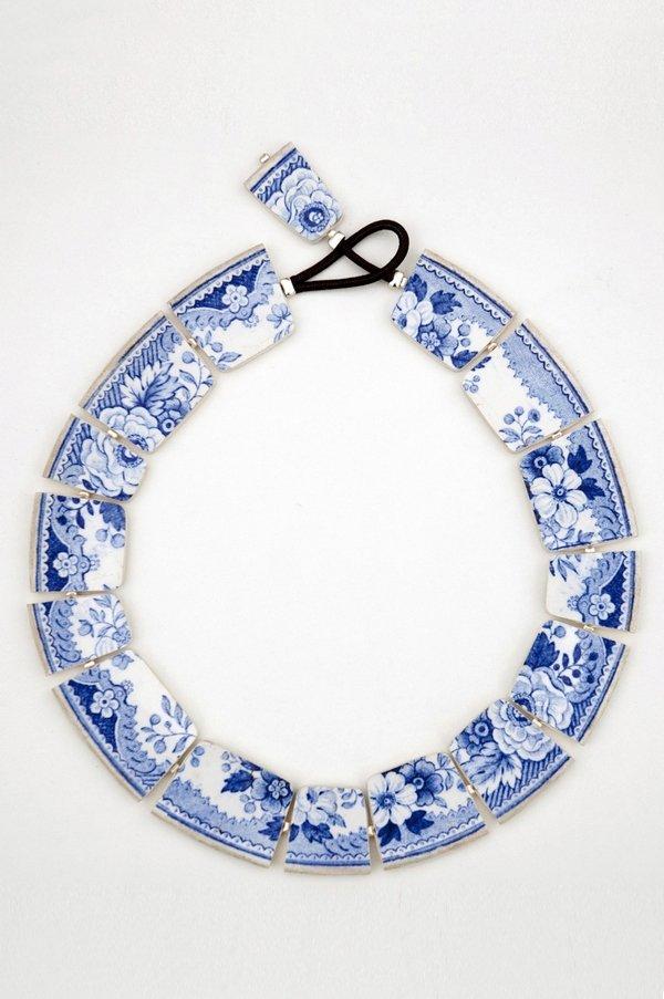 Julie Decubber (Frankreich): Halsschmuck antikes Porzellan Foto freundlicherweise vom Museum zur Verfügung gestellt