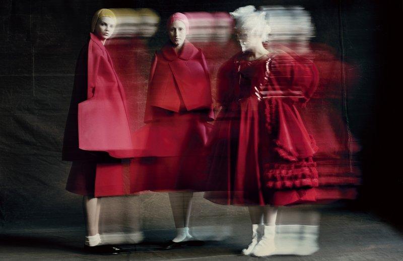 Rei Kawakubo (Japanese, born 1942) for Comme des Garçons (Japanese, founded 1969); Courtesy of Comme des Garçons. Photograph by © Paolo Roversi; Courtesy of The Metropolitan Museum of Art Foto freundlicherweise von The Met zur Verfügung gestellt